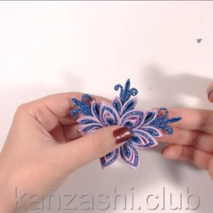 Приклеиваем веточки к цветку