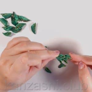 приклеиваем лепестки к елке