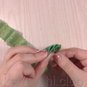 делаем складки на лепестке