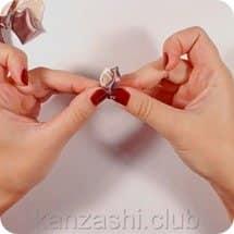 7-sobiraem-rozu-kanzashi